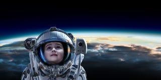 Λίγος αστροναύτης στην τροχιά πλανητών στοκ εικόνες με δικαίωμα ελεύθερης χρήσης