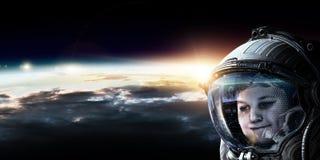 Λίγος αστροναύτης στην τροχιά πλανητών στοκ εικόνες