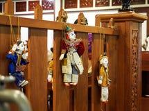 Λίγος βιρμανός μοναχός με τις παραδοσιακές κούκλες Στοκ εικόνα με δικαίωμα ελεύθερης χρήσης