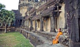 Λίγος βουδιστικός μοναχός στις καταστροφές Angkor Angkor Wat, η κεντρική είσοδος στο ιστορικό συγκρότημα 20 11 έτος του 2009: Στοκ Εικόνα