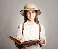 Λίγος εξερευνητής που διαβάζει ένα βιβλίο Στοκ Φωτογραφία