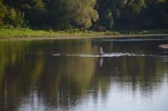 Λίγος θερμός θερινός ήλιος ποταμών κοντά σε sity Στοκ Εικόνες
