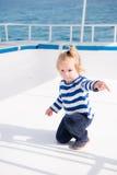 Λίγος καπετάνιος μωρών στη βάρκα στη θερινή κρουαζιέρα, ναυτική μόδα στοκ φωτογραφία