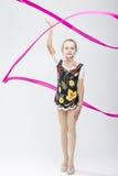 Λίγος καυκάσιος θηλυκός ρυθμικός Gymnast στο επαγγελματικό ανταγωνιστικό κοστούμι στοκ εικόνα