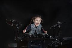 Λίγος καυκάσιος τυμπανιστής κοριτσιών παίζει τη elettronic εξάρτηση τυμπάνων Στοκ Εικόνες