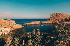 Λίγος κόλπος θάλασσας στην Ελλάδα με το πλέοντας γιοτ στοκ εικόνα