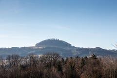 Λίγος λόφος με το δάσος και το μπλε ουρανό στοκ φωτογραφία με δικαίωμα ελεύθερης χρήσης