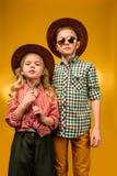 λίγος μοντέρνος κάουμποϋ και cowgirl τοποθέτηση στα καπέλα, Στοκ Εικόνες
