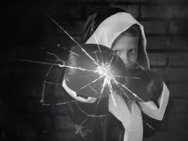 Λίγος μπόξερ συντρίβει ένα γυαλί Στοκ φωτογραφίες με δικαίωμα ελεύθερης χρήσης