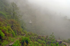 Λίγος ναός στο λόφο στην ομίχλη κοντά σε Landruk, περιοχή συντήρησης Annapurna, βουνά του Ιμαλαίαυ Στοκ εικόνες με δικαίωμα ελεύθερης χρήσης