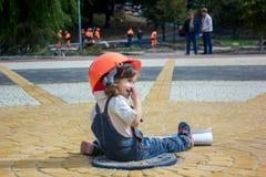 Λίγος οικοδόμος κοριτσάκι με το κράνος και την αφίσα κατασκευής Στοκ Εικόνες