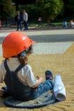 Λίγος οικοδόμος κοριτσάκι με το κράνος και την αφίσα κατασκευής Στοκ φωτογραφία με δικαίωμα ελεύθερης χρήσης