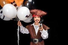 Λίγος πειρατής με το πυροβόλο όπλο και τα μπαλόνια Στοκ Εικόνες