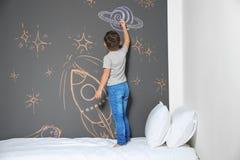 Λίγος πύραυλος σχεδίων παιδιών με την κιμωλία στον τοίχο στοκ φωτογραφία με δικαίωμα ελεύθερης χρήσης