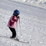 Λίγος σκιέρ στην κλίση σκι στοκ εικόνα με δικαίωμα ελεύθερης χρήσης