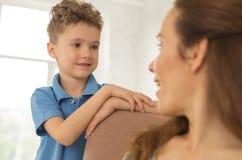 Λίγος υπάκουος γιος που ακούει την όμορφη μητέρα του στοκ φωτογραφίες με δικαίωμα ελεύθερης χρήσης