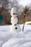 Λίγος χιονάνθρωπος με τη σκούπα Στοκ Εικόνες