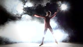 Λίγος χορευτής ballerina σε ένα ρόδινο φόρεμα, καπνός απόθεμα βίντεο