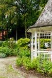 Λίγο άσπρο ξύλινο gazebo κήπων Στοκ εικόνες με δικαίωμα ελεύθερης χρήσης