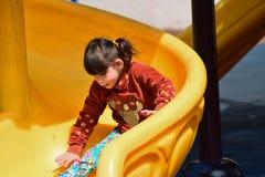Λίγο άτακτο κορίτσι που παίζει στην παιδική χαρά στο πάρκο πόλεων στοκ φωτογραφίες με δικαίωμα ελεύθερης χρήσης