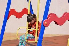 Λίγο άτακτο κορίτσι που παίζει στην παιδική χαρά στο πάρκο πόλεων στοκ φωτογραφία με δικαίωμα ελεύθερης χρήσης