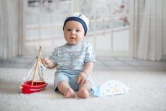Λίγο αγοράκι, που παίζει με λίγη βάρκα και λίγο ψάρι στο hom Στοκ Φωτογραφίες