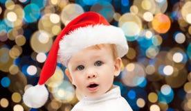 Λίγο αγοράκι στο καπέλο santa στα Χριστούγεννα Στοκ Εικόνες
