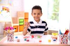 Λίγο αγόρι αφροαμερικάνων που χρωματίζει στον πίνακα Στοκ φωτογραφίες με δικαίωμα ελεύθερης χρήσης