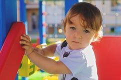 Λίγο αγόρι μικρών παιδιών που παίζει στην παιδική χαρά με τους κύβους Στοκ Εικόνες