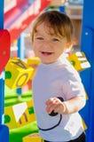 Λίγο αγόρι μικρών παιδιών που παίζει στην παιδική χαρά με τους κύβους Στοκ φωτογραφία με δικαίωμα ελεύθερης χρήσης