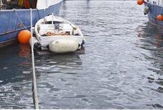 λίγο αλιευτικό σκάφος moore παράλληλα με μεγάλο boa βιομηχανικής αλιείας Στοκ Εικόνες