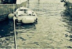λίγο αλιευτικό σκάφος moore παράλληλα με μεγάλο boa βιομηχανικής αλιείας Στοκ εικόνες με δικαίωμα ελεύθερης χρήσης