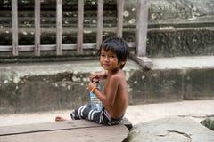 Λίγο ασιατικό αγόρι με την τοποθέτηση μπουκαλιών νερό σε Angkor Wat templ Στοκ εικόνες με δικαίωμα ελεύθερης χρήσης