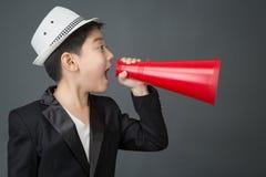Λίγο ασιατικό αγόρι που χρησιμοποιεί megaphone να φωνάξει Στοκ Εικόνες