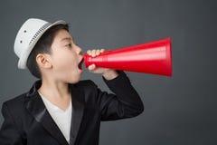 Λίγο ασιατικό αγόρι που χρησιμοποιεί megaphone να φωνάξει Στοκ φωτογραφία με δικαίωμα ελεύθερης χρήσης