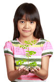 Λίγο ασιατικό κορίτσι με την αύξηση σποροφύτων από τα νομίσματα Στοκ εικόνα με δικαίωμα ελεύθερης χρήσης
