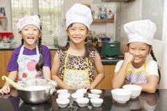 Λίγο ασιατικό κορίτσι που κατασκευάζει cottonwool το κέικ Στοκ εικόνες με δικαίωμα ελεύθερης χρήσης