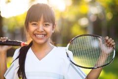 Λίγο ασιατικό κορίτσι που κρατά μια ρακέτα μπάντμιντον Στοκ Φωτογραφία