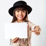 Λίγο ασιατικό κορίτσι που κρατά τον κενό λευκό πίνακα Στοκ Εικόνες