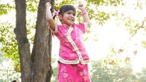 Λίγο ασιατικό κορίτσι που παίζει σε ένα πάρκο φιλμ μικρού μήκους