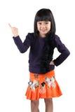 Λίγο ασιατικό κορίτσι που στέκεται με το αντίχειρα επάνω Στοκ Φωτογραφίες