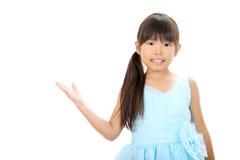 Λίγο ασιατικό κορίτσι που φορά το φόρεμα Στοκ Φωτογραφία