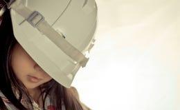 Λίγο ασιατικό κορίτσι φορά την προστασία του καπέλου στοκ εικόνες με δικαίωμα ελεύθερης χρήσης