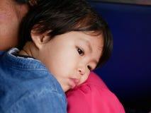 Λίγο ασιατικό κοριτσάκι που κλίνει στον ώμο μητέρων της ` s στοκ φωτογραφία με δικαίωμα ελεύθερης χρήσης