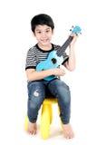 Λίγο ασιατικό παιδί με το akulele στοκ φωτογραφίες