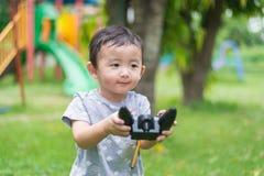 Λίγο ασιατικό παιδί που κρατά έναν ραδιο τηλεχειρισμό & x28 έλεγχος han Στοκ φωτογραφία με δικαίωμα ελεύθερης χρήσης