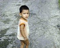 Λίγο ασιατικό παιδί στην οδό Στοκ εικόνα με δικαίωμα ελεύθερης χρήσης