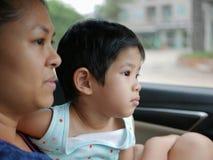 Λίγο ασιατικό συναίσθημα κοριτσάκι τρύπησε το ταξίδι με τη μητέρα της με το αυτοκίνητο για μια μεγάλη τηλεφωνική απόσταση στοκ εικόνες
