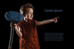 Λίγο αστείο αγόρι είναι ένα του Νεάντερταλ ή ένα cro-Magnon Αρχαίος ένας caveman με ένα τεράστιο τσεκούρι είναι απομονωμένος στο  Στοκ Εικόνα