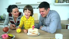 Λίγο αστείο αγόρι στο παιχνίδι κουζινών με τα φρούτα με τη μητέρα και τον πατέρα Πολύ χαριτωμένο αγόρι που γιορτάζει τα γενέθλιά  φιλμ μικρού μήκους